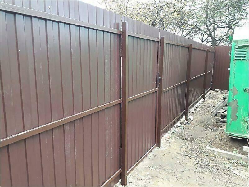 Забор из металлопрофиля 8017 коричневый фото 1