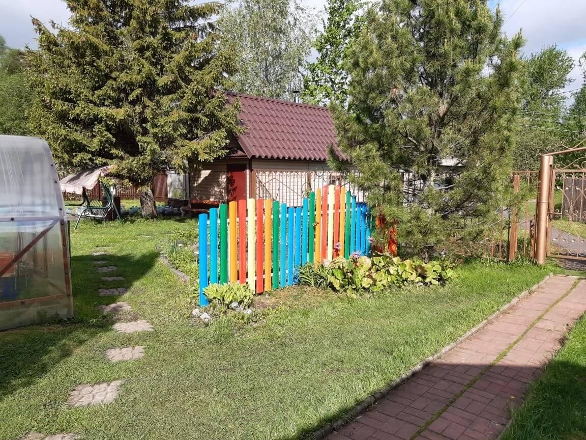забор из разноцветного штакетника односторонний фото2