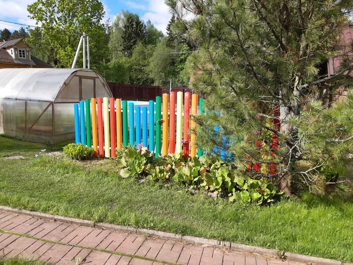 забор из разноцветного штакетника односторонний фото1