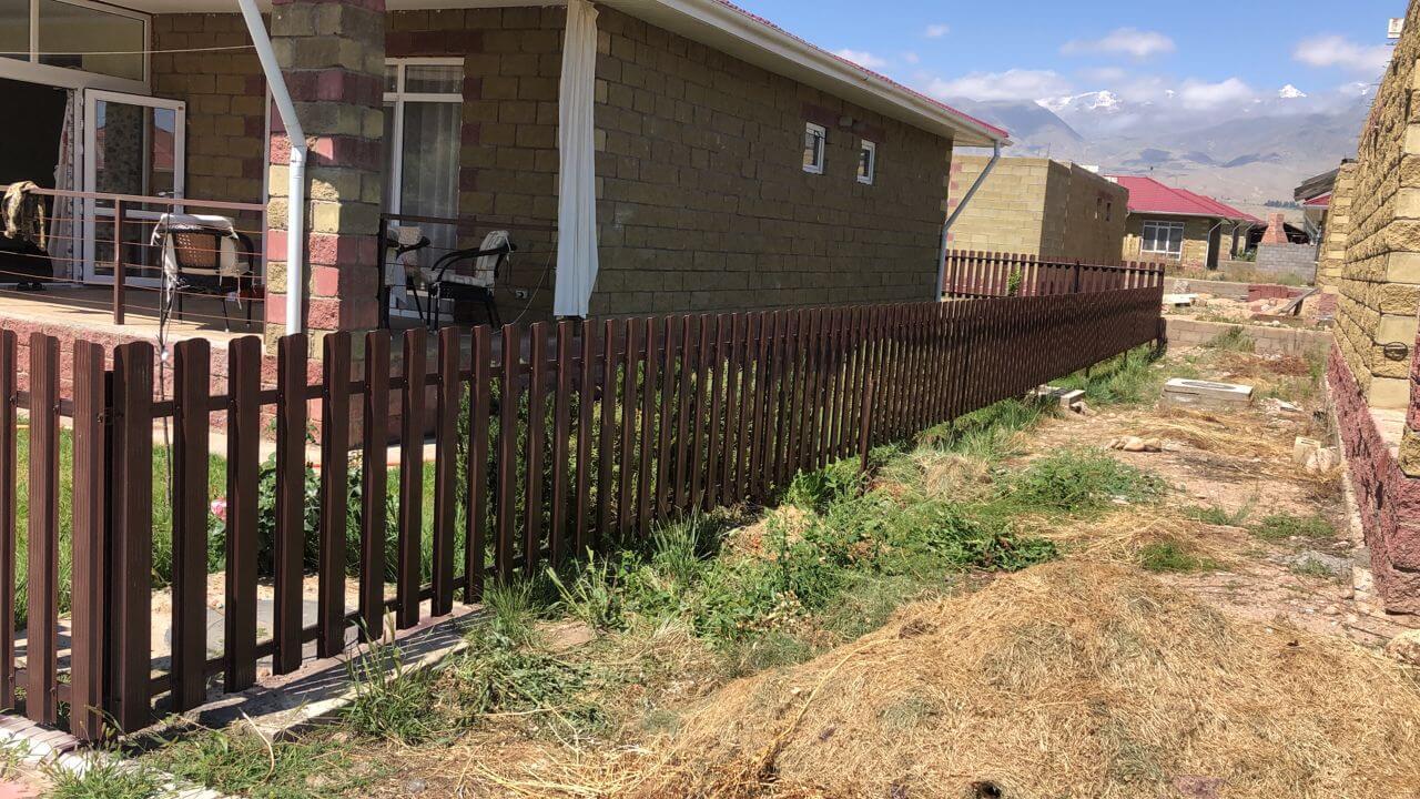 забор из штакетника шоколад фото5