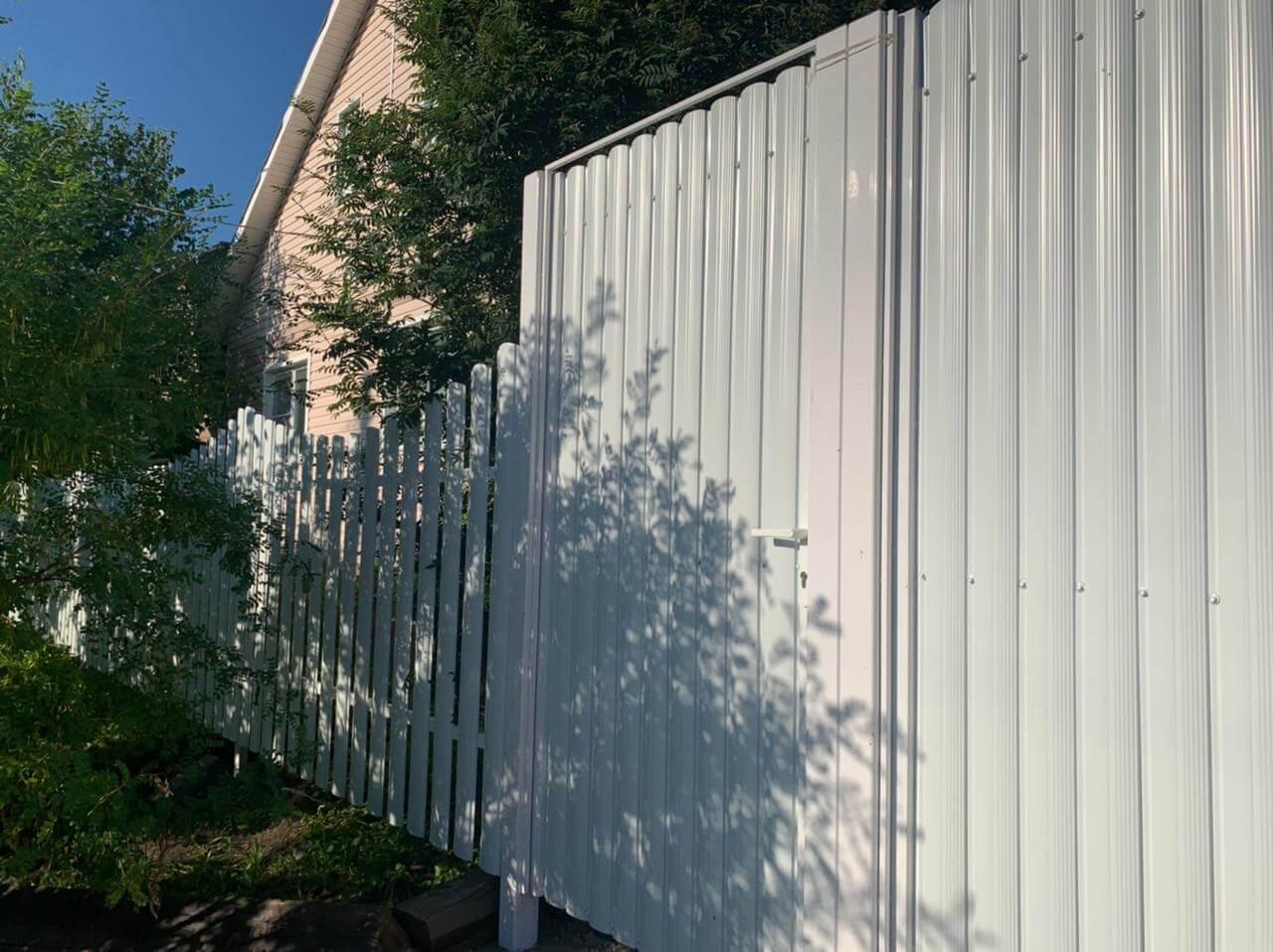 забор из штакетника белый фото1