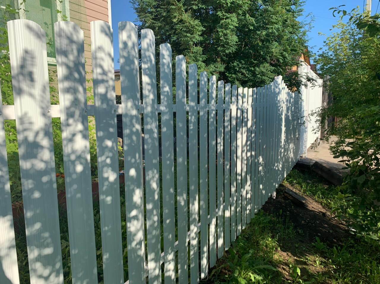 забор из штакетника белый фото2