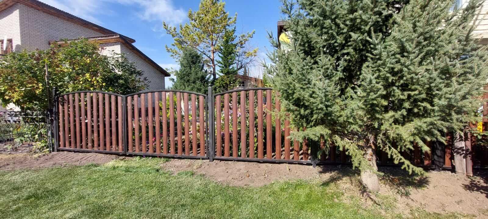забор из штакетника каштан красный фото4