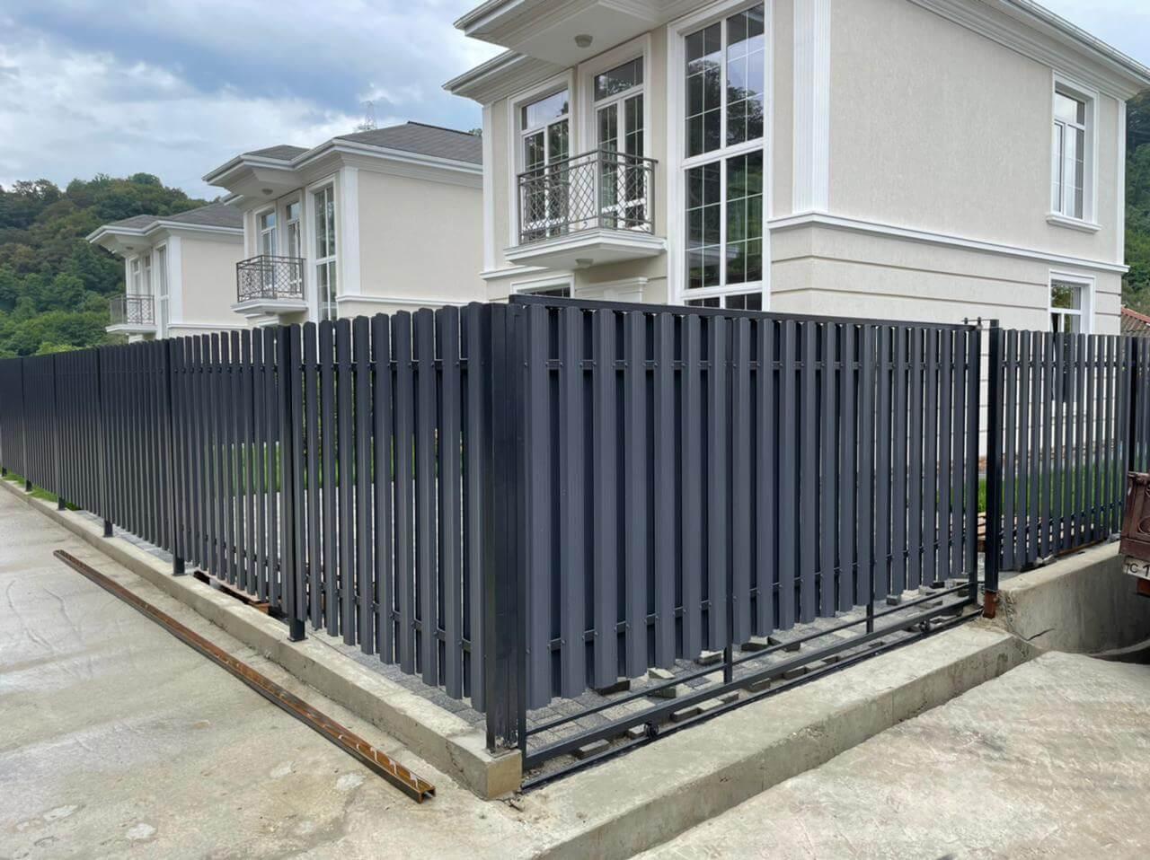 забор из штакетника серый графит двухсторонний фото4
